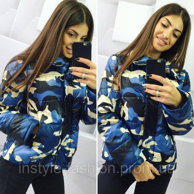 Стильная женская куртка с военным принтом синяя