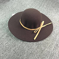 Стильная женская широкополая шляпа из фетра шоколадного цвета с бежевой лентой