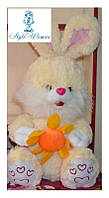 Мягкая игрушка зайчик с цветком карамель 42см