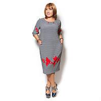 Женское платье большого размера из плотного трикотажа, серого цвета, декорированное красными принтом.