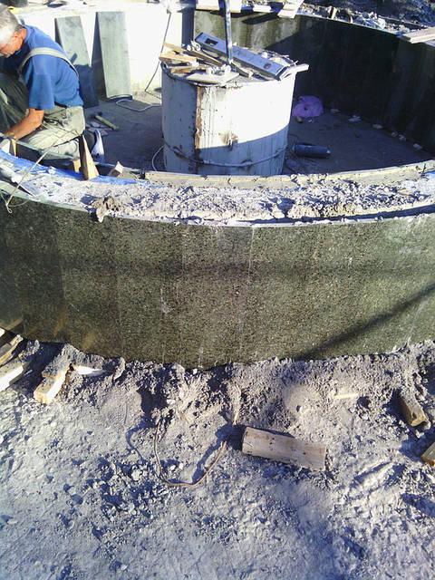 изготовление и монтаж фонтана из зеленого гранита с элементами белого мрамора 5