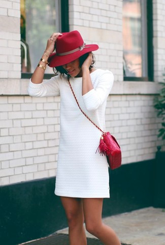 червона сумка з білою сукнею