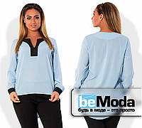 Модная женская блуза свободного кроя из креп-шифона с контрастной вставкой на груди и на манжетах голубая