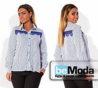 Нарядная женская рубашка для пышных дам классического кроя в тонкую полоску с кружевной вставкой на груди голубая
