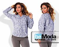 Роскошная женская блуза из приятного материала с глубоким вырезом и красивым принтом в мелкий узор сиреневая