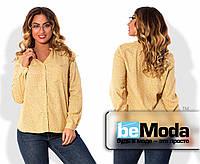 Милая женская блуза больших размеров в мелкий узорчатый принт с воротником стойкой и мелкими пуговицами желтая