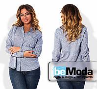 Милая женская блуза больших размеров в мелкий узорчатый принт с воротником стойкой и мелкими пуговицами синий