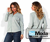 Милая женская блуза больших размеров в мелкий узорчатый принт с воротником стойкой и мелкими пуговицами серая