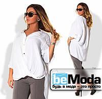 Элегантная женская блуза больших размеров оригинального кроя с удлиненной спинкой и блестящими пуговицами белая