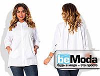Стильная женская блуза для полных дам свободного кроя с классическим воротником и скрытыми пуговицами белая
