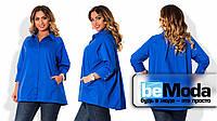 Стильная женская блуза для полных дам свободного кроя с классическим воротником и скрытыми пуговицами цвета электрик