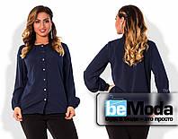 Классическая женская блуза больших размеров с длинными рукавами и блестящими пуговицами темно-синяя
