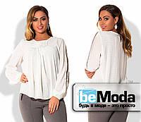 Оригинальная женская блуза свободного кроя с драпировкой на груди для полных дам белая