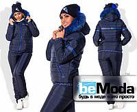 Эффектный женский зимний костюм больших размеров из куртки на замке и брюк на искусственной овчине с декором из искуственного меха темно-синий