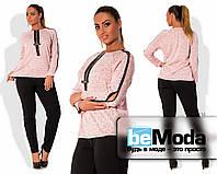 Привлекательный жекнский костюм для полных дам из трикотажной кофты с отделкой из экокожи и однотонных брюк по фигуре розовый