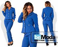 Модный женский брючный костюм классического кроя из укороченного пиджака со складками на спинке и приталенных брюк для девушек с пышными формами синий
