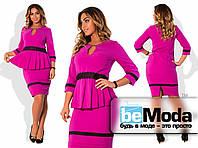 Стильный женский костюм больших размеров из блузы со складками на талии и кружевными вставками и приталенной юбки цвета фуксия