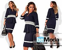 Стильный женский костюм больших размеров из блузы со складками на талии и кружевными вставками и приталенной юбки темно-синий