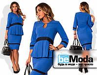 Стильный женский костюм больших размеров из блузы со складками на талии и кружевными вставками и приталенной юбки цвета электрик