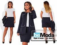 Красивый женский костюм больших размеров из удлиненного пиджака с накладными карманами и приталенной юбки (ма