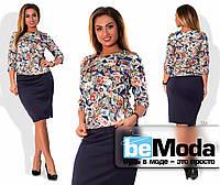 """Модный женский костюм больших размеров из кофты с принтом """"почтовые марки"""" и классической однотонной юбки приталенного кроя темно-синий"""