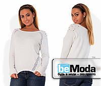 Удобная женская кофта больших размеров из тонкой ангоры с кружевными вставками и декором на плечах белая