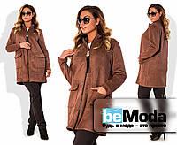 Модная женская удлиненная куртка больших размеров на молнии с декором и большими накладными карманами цвета мокко