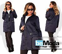Модная женская удлиненная куртка больших размеров на молнии с декором и большими накладными карманами цвета темно-синяя