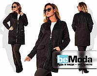 Модная женская удлиненная куртка больших размеров на молнии с декором и большими накладными карманами цвета черная