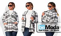 Эффектное женское пальто больших размеров оригинального кроя из пальтовой ткани с ворсом и оригинальным клеточным принтом белое