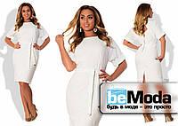 Стильное женское платье для полных девушек облегающего кроя с оригинальным вырезом на спинке и поясом в комплекте белое