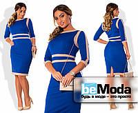 Деловое женское платье больших размеров приталенного кроя с оригинальными контрастными вставками цвета электрик