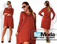 Красивое женское платье свободного кроя с накладными карманами на груди и удлиненной спинкой коричневое