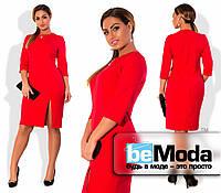 Стильное женское платье для девушек с пышными формами прямого кроя с разрезом на боку и украшением на воротнике красное
