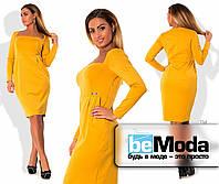 Модное женское платье больших размеров приталенного кроя с необычным вырезом декольте желтое
