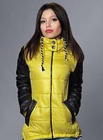 Желтая женская куртка с капюшоном