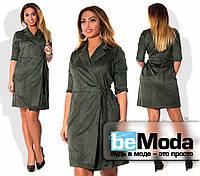 Стильное женское платье халатного кроя из качественной экозамши с поясом на боку, подходит для девушек с пышными формами бутылочное