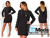 Милое женское платье больших размеров простого прямого кроя с декоративными бантиками на рукавах черное
