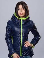 Женская курточка темно-синяя с яркой молнией