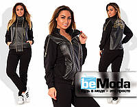 Эффектный женский спортивный костюм больших размеров из кофты с вставками стёжки с эффектом кожии блестящими молниями и прямых брюк черный
