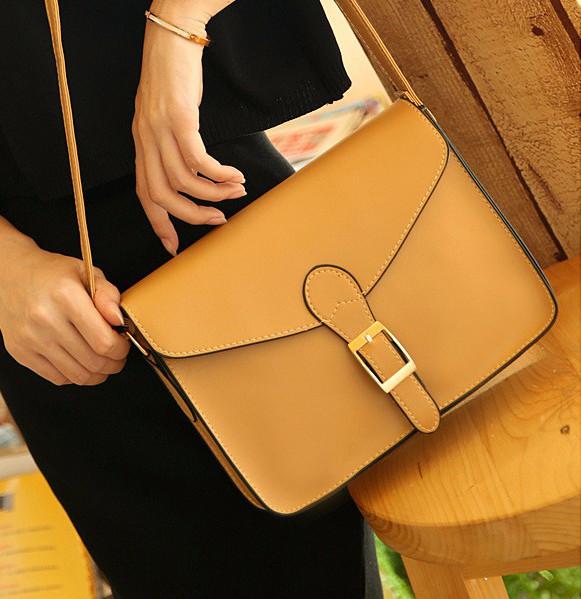 Женская сумка на плечо бежевого цвета