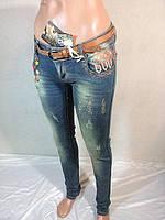 Женские молодежные джинсы с декором из разноцветных пуговиц