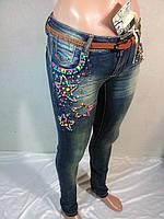 Женские джинсы узкие со звездами из деревянных разноцветных бусин