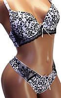 Комплект женский нижнего белья: бюстгальтер чашка В и трусики стринги. Красивый комплект с орнаментом.
