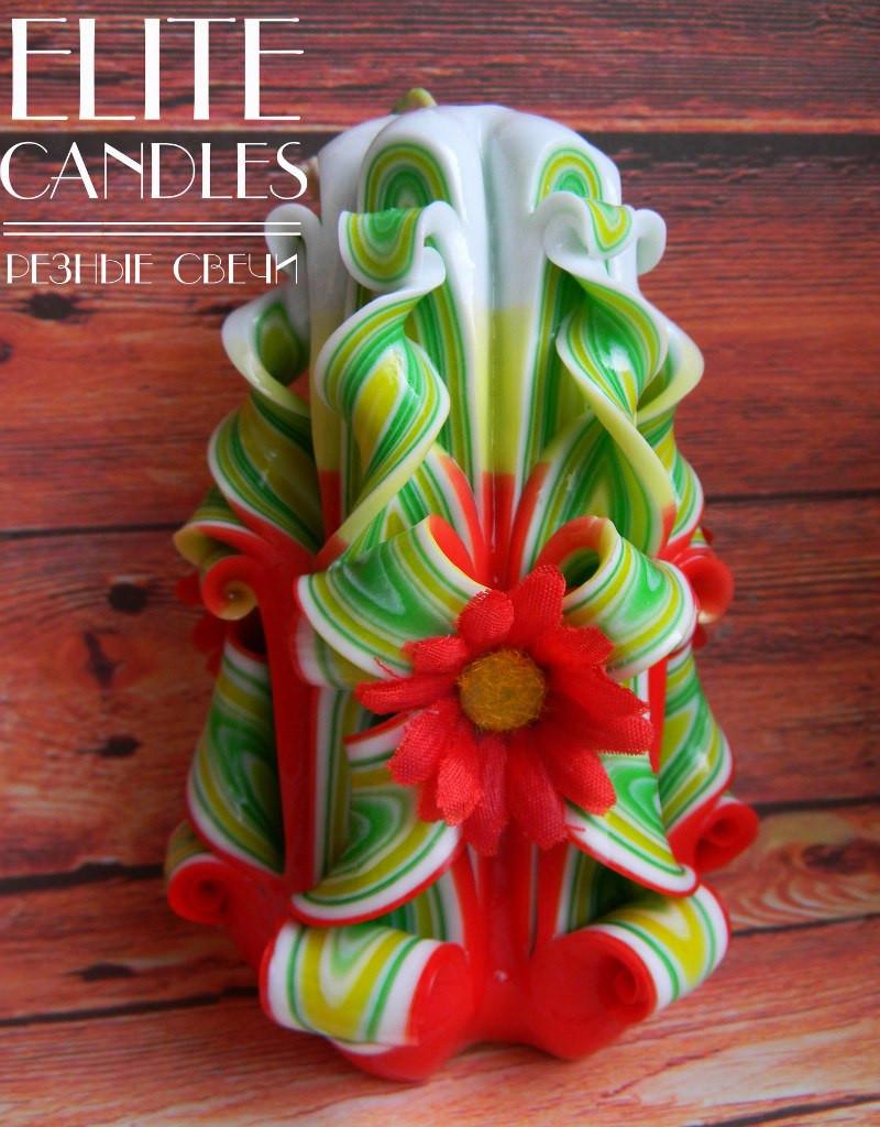 Свеча резная с красными ромашками 12 см высотой, зелено-красной окраски, ручная работа
