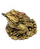 Жаба на монетах из каменной крошки