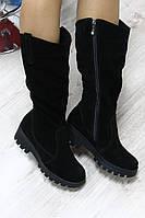 Зимние замшевые черные сапоги на тракторной подошве