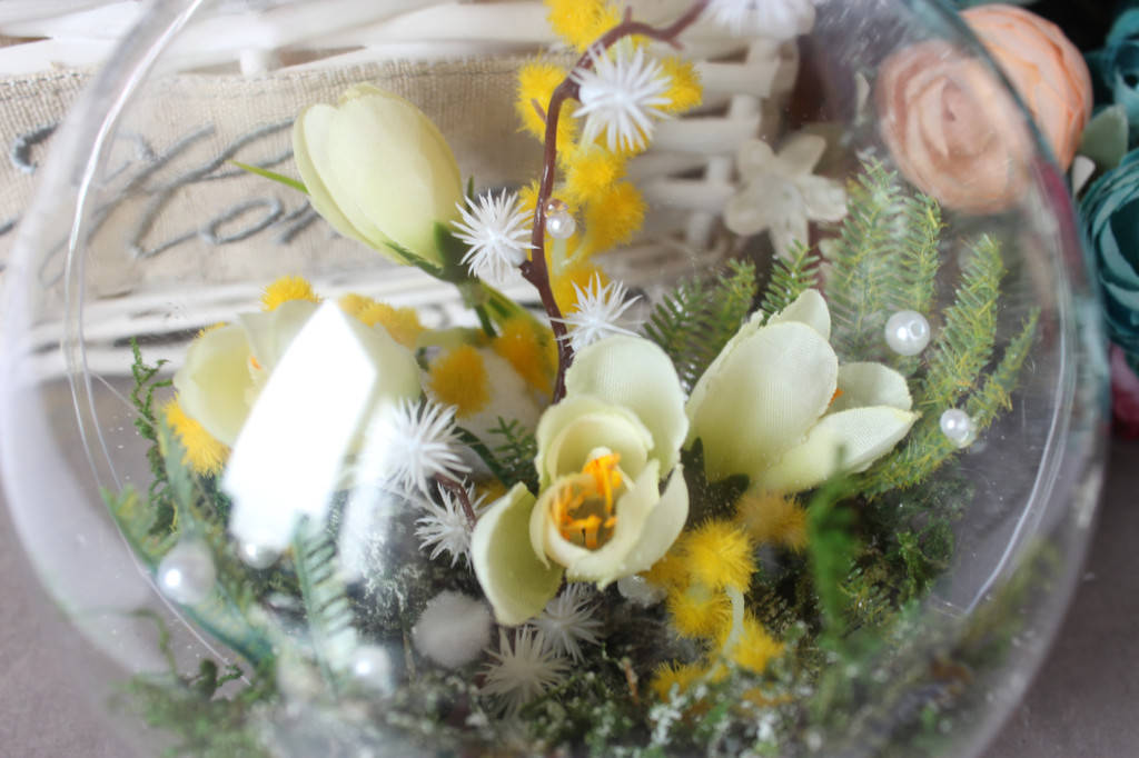 Декор для магазина к празднику 8 Марта с использованием материалов из нашего ассортимента(пластиковые шары, цветы, декор)