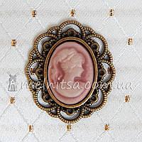 Камея в бронзовой оправе, св.розовый 3х2,5 см