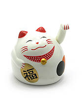 Кошка Манэки-нэко машущая лапой пластик (9х8х7,5 см) (батарейки в комплект не входят)